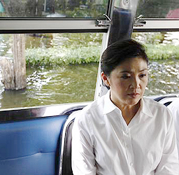 Prime Minister Yingluck Shinawatra sits in a vehicle during her visit to a flooded area in Bangkok Nov 7, 2011. (Photo REUTERS)